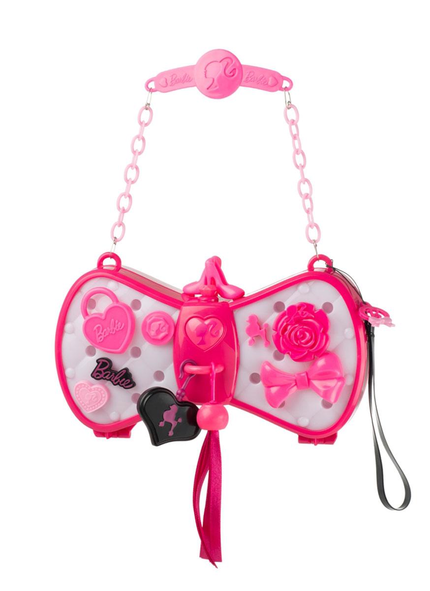 HTI Интерактивная игрушка Barbie&Me: Волшебная сумочка, меняющая цвет1680759.00Представь, что стало можно менять цвет сумочки, чтобы он сочетался с одеждой! Интерактивная игрушка HTI Barbie&Me: Волшебная сумочка, меняющая цвет приведет в восторг любую модницу! Он выполнен из яркого пластика и включает в себя оригинальную сумочку для вашей малышки и различные аксессуары для ее украшения, съемный ремешок на руку и клатч для куколки Барби. Если приложить сумочку к цветной поверхности и нажать на кнопочку в центре, она примет цвет этой поверхности. Сумка снабжена ручкой-цепочкой для переноски. По желанию ребенок украсит сумочку разными аксессуарами, ремешками, кисточками, прикрепит подвески и украшения. Благодаря специальному ремешку сумочка в любой момент может стать клатчем. Сумочка непременно станет любимым аксессуаром вашей малышки. Порадуйте ее таким замечательным подарком! Рекомендуется докупить 3 батарейки напряжением 1,5V типа ААА (товар комплектуется демонстрационными).
