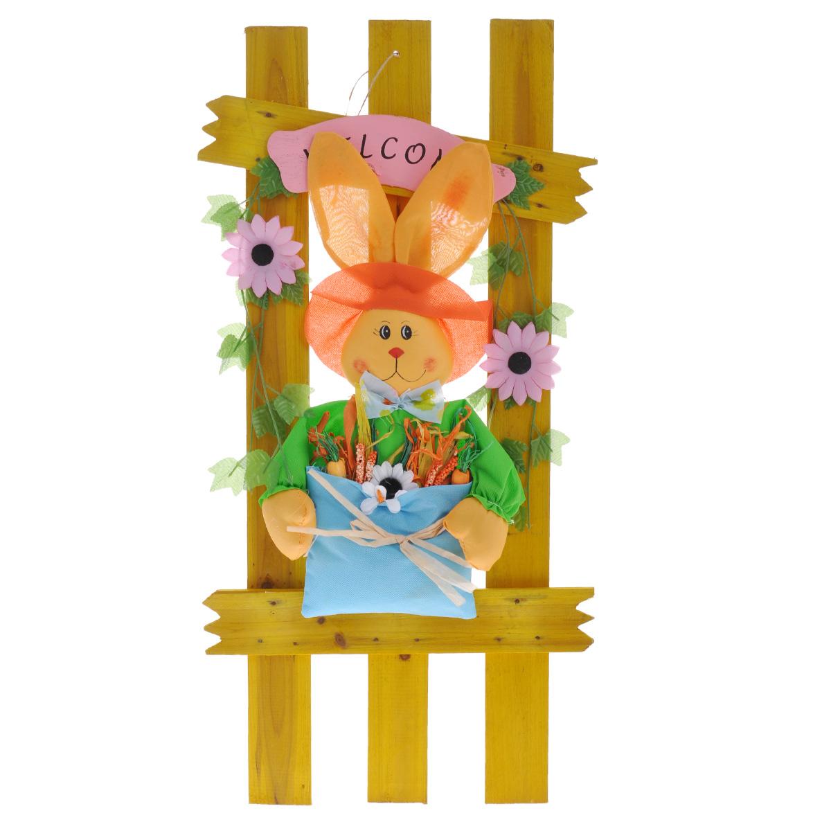 Фигурка декоративная Village People Кролик с бабочкой, цвет: желтый, высота 70 см64558Декоративная фигурка Village People Кролик с бабочкой предназначена для декорирования загородных домов, садовых домиков, террас, беседок, балконов. Также идеально впишется в ландшафтный дизайн огорода и сада. Фигурка представляет собой часть деревянного забора с симпатичным кроликом в шляпе и бабочке, который несет сумку, полную всяких овощей.