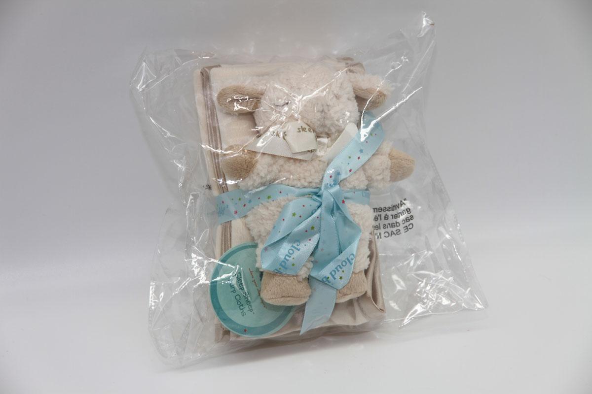 Cloud b Подарочный набор Овечка-погремушка и салфетки, 3 предмета7121-BS-RUПодарочный набор: 3 салфетки из 100% хлопка и плюшевая погремушка овечка. Милая погремушка безопасна для малыша, ее размер идеально подходит для маленькой ручки ребенка. Три мягкие салфетки (размер 18 х 48 см) удобно положить на плечо для защиты одежды мамы или папы. Две мягкие салфетки изготовлены из 70% вискозы и 30% хлопка, благодаря чему великолепно впитывают влагу.
