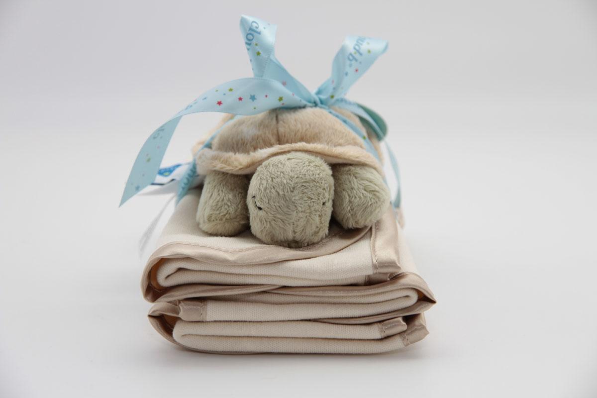 Cloud b Подарочный набор Черепашка-погремушка и салфетки, 3 предмета7121-BT-RUПодарочный набор: 3 салфетки из 100% хлопка и плюшевая погремушка черепашка. Милая погремушка безопасна для малыша, ее размер идеально подходит для маленькой ручки ребенка. Три мягкие салфетки (размер 18х48 см) удобно положить на плечо для защиты одежды мамы или папы.