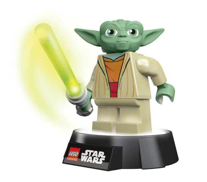 LEGO: Фонарик-ночник Star Wars: Yoda LGL-TOB6LGL-TOB6Фонарик-ночник LEGO Star Wars Yoda - обязательный атрибут детской комнаты. Его мягкий свет успокаивающе действует на малышей, которые боятся темноты, не напрягая детские глазки и не создавая излишнего светового излучения. При этом его света достаточно, чтобы легко ориентироваться в темноте. Ночник выполнен в виде фигурки героя фильма Звездные Войны мастера Йоды со световым мечом в руках. Ночник автоматически отключается через 30 минут. Фигурка снимается со светящейся базы, благодаря чему ее можно использовать как фонарик. Включается нажатием кнопки на груди. Фигурка питается от 3 батареек АА, меч от 1 батарейки ААА.