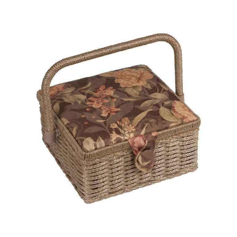Шкатулка для рукоделия ХА-06730-05 Grace, коричневая с бежевыми цветамиХА-06730-05Шкатулка выполнена из ткани оригинальной расцветки. Изнутри шкатулка отделана атласным материалом, что позволяет отнести ее к классу Люкс! Шкатулка подойдет для хранения самых различных предметов в доме: от женских украшений до разных мелких предметов. В каждой шкатулке имеется съемный пластиковый лоток с отделениями.