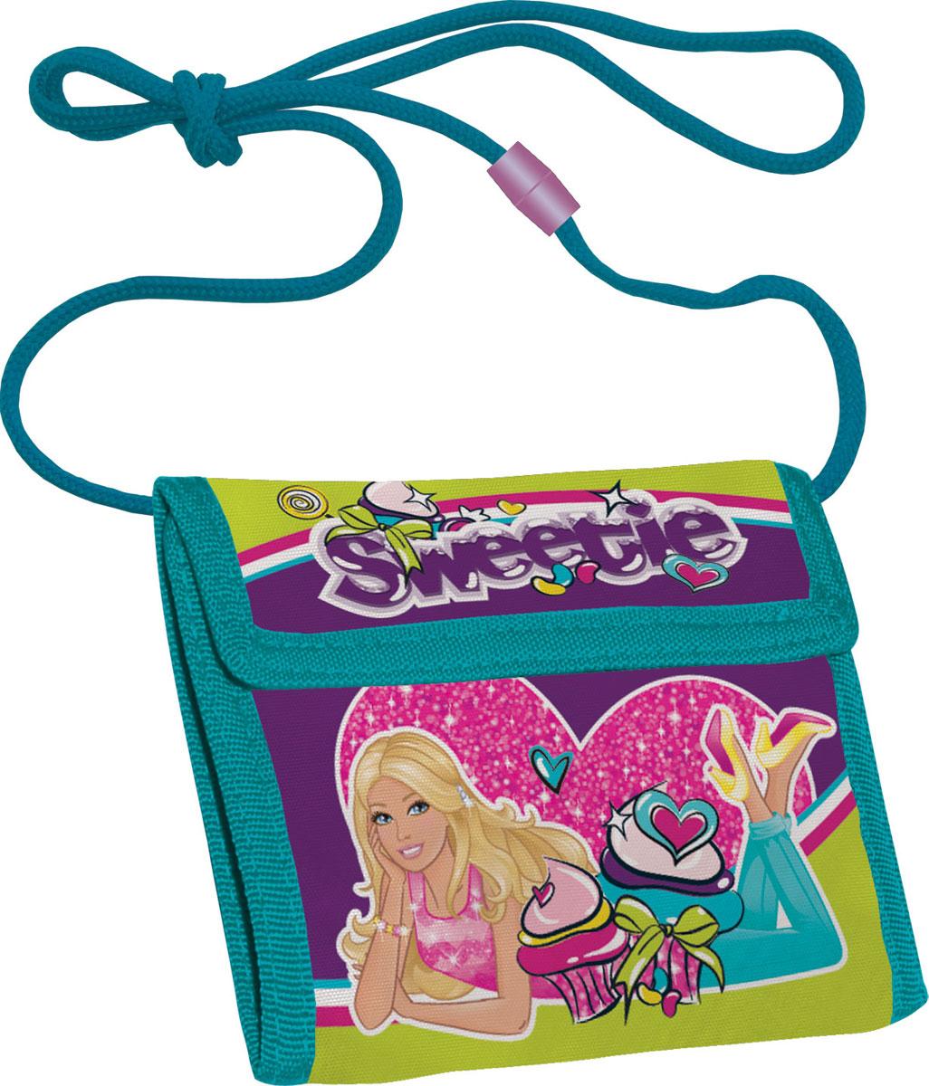 Кошелек детский Barbie, цвет: фиолетовый, бирюзовыйBRCB-MT1-022Яркий детский кошелек Barbie выполнен из полиэстера и оформлен красочным рисунком. Внутри кошелек оснащен отделением для денежных купюр и карманом на застежке-молнии. Кошелек складывается втрое и закрывается широким клапаном на липучку. На внутренней стороне предусмотрен шнурок, с помощью которого изделие можно носить через плечо или на шее. Кошелек Barbie станет надежным спутником для вашего ребенка!