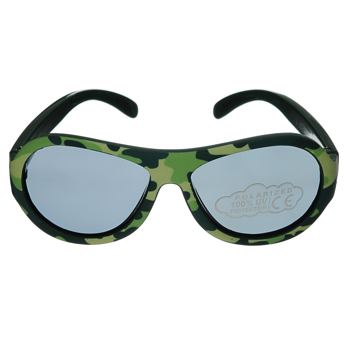 Детские солнцезащитные очки Babiators Крутой камуфляж (Cool Camo), поляризационные, с футляром, цвет: хаки, 0-3 летBAB-027Защита глаз всегда в моде. Вы делаете все возможное, чтобы ваши дети были здоровы и в безопасности. Шлемы для езды на велосипеде, солнцезащитный крем для прогулок на солнце... Но как насчёт влияния солнца на глазах вашего ребёнка? Правда в том, что сетчатка глаза у детей развивается вместе с самим ребёнком. Это означает, что глаза малышей не могут отфильтровать УФ-излучение. Добавьте к этому тот факт, что дети за год получают трёхкратную дозу солнечного воздействия на взрослого человека (доклад Vision Council Report 2013, США). Проблема понятна - детям нужна настоящая защита, чтобы глазка были в безопасности, а зрение сильным. Поляризационные детские очки Babiators уменьшают резкий яркий солнечный свет так, чтобы ваш маленький лётчик всегда имел кристально чистый обзор всех предстоящих приключений. Серия Polarized Babiators - это целый ряд удивительных новых принтов и цветов, а также классный твёрдый футляр на застежке-молнии в виде облачка, снабженный металлическим карабином...