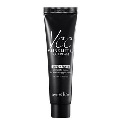 Secret Key СС-крем, подтягивающий овал лица V-line lift Up CC cream 30 мл93596Натуральный состав крема с ухаживающими и антивозрастными компонентами (экстракты камелии, зеленого чая, алоэ вера, ромашки, аденозин, коллаген, пептидный комплекс и т.д.) не только позволяет эффективно маскировать кожные несовершенства, но и оздоравливать кожу. Натуральные экстракты регулируют гидро-баланс, сужают поры. Крем с 3 видами цветных капсул, которые «раскрываются», как только касаются кожи, идеально покрывает кожу, подстраивается под её тон и скрывает недостатки. Легкое покрытие позволяет выровнять текстуру кожи, сделать её гладкой и яркой. Коллаген в составе крема возвращает коже упругость и предотвращает её деформацию и возникновение морщин. Экстракт камелии питает, смягчает, увлажняет, регенерирует, успокаивает и защищает кожу. Минимизирует потерю эпидермальной влаги и тонизирует кожу. Уменьшает склонность кожи к возникновению веснушек и темных кругов под глазами. Дарит коже гладкость и нежное сияние. Пептиды уменьшают морщины, увлажняют и подтягивают кожу, укрепляют...