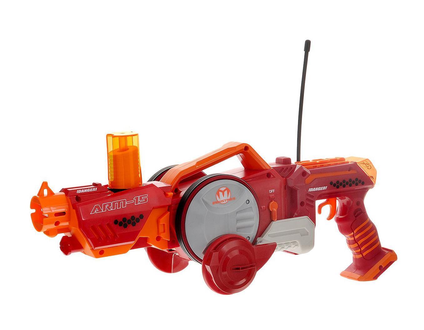 Maisto Игрушка-трансформер на радиоуправлении Armered Attack81192_красный, оранжевый_3774Машина р/у Armered Attack арт. 81192 - трансформирующаяся игрушка (бластер-вездеход) стреляющая дисками. Игрушка трансформируется из пушки в машинку с пультом, стреляет мягкими дисками, которые не травмируют людей и животных.
