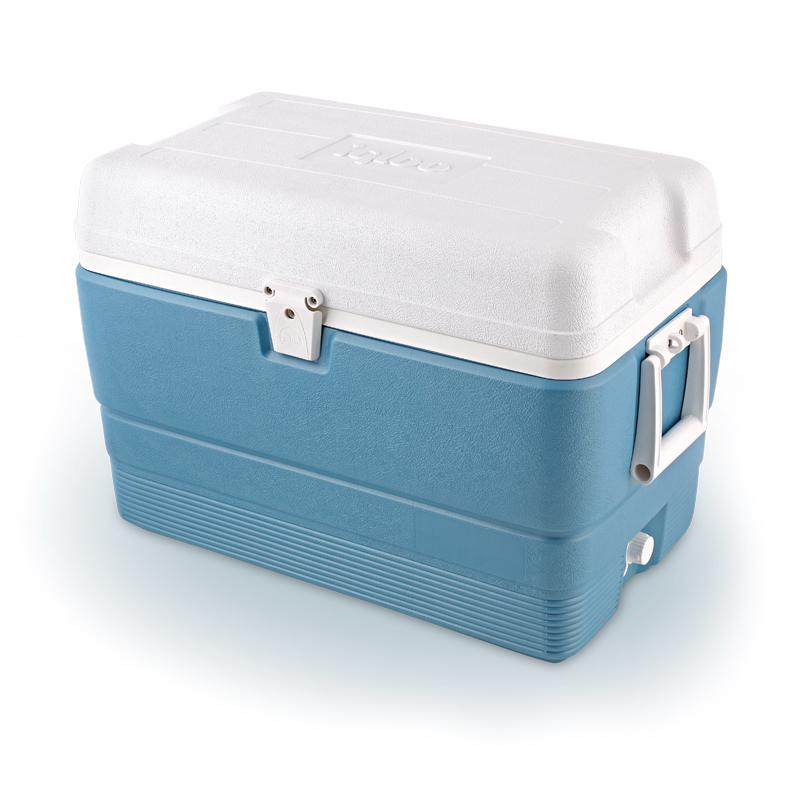 Изотермический контейнер Igloo MaxCold, цвет: голубой, 47 л13018Легкий и прочный изотермический контейнер Igloo MaxCold, изготовленный из высококачественного пластика, предназначен для транспортировки и хранения продуктов и напитков. Корпус гладкий, эргономичного дизайна, ударопрочный. Поддержание внутреннего микроклимата обеспечивается за счет термоизоляционной прокладки из пены Ultra Therm, способной удерживать температуру внутри корпуса до 5-ти дней. Для поддержания температуры рекомендуется использовать аккумуляторы холода (в комплект не входят). Контейнер имеет две удобные ручки по бокам для удобства погрузки и разгрузки из багажника автомобиля и широко открывающуюся крышку для легкого доступа к продуктам. Крышка плотно и герметично закрывается на защелку. Сбоку имеется резьбовая пробка для быстрого слива конденсата и легкой очистки контейнера. Внутренняя поверхность контейнера устойчива к загрязнениям и запахам. Такой контейнер можно взять с собой куда угодно: на отдых, пикник, кемпинг, на дачу, на рыбалку или охоту и...