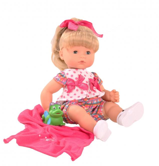 Gotz Пупс Аквини-макси блондинка1118234Малышка Аквини очень любит купаться в ванне, а вместе с ней в теплой водичке плескается миниатюрный лягушонок. Ваша малышка может принимать ванну вместе со своей любимой куколкой, которая выдержит самое долгое пребывание в воде. Кукла Gotz с полностью виниловым телом и вшитыми волосами, которые можно мыть и расчесывать, подходит для разнообразных сюжетно-ролевых игр детей старше 3-х лет. Куколка со светлыми волосами, собранными в высокий хвостик, носит яркий костюмчик с двумя бантиками и светлые кроссовки. Ей весело купаться вместе с зеленым лягушонком, после мытья куколку можно вытереть розовым мягким полотенцем. Кукла Gotz выполнена из безопасных материалов с учетом необходимых стандартов, соответствующих европейским нормативам. Одежду и аксессуары можно стирать при температуре 30 градусов.