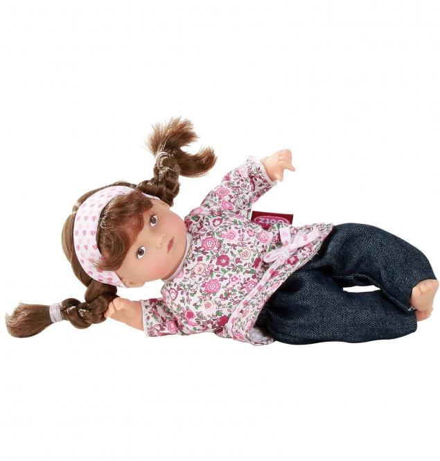 Gotz Пупс Мини-маффин брюнетка1387219Очаровательная малышка с двумя косичками понравится девочке и поможет ей весело провести время. Мягконабивная кукла Gotz приятна на ощупь и позволяет устраивать полноценные игры с куклами и дополнительными аксессуарами. Кукла Gotz одета в джинсы и цветную рубашку, на голове широкая полоска, волосы заплетены в две косички. Малышку Маффин можно причесывать, делать ей различные прически и менять наряды в зависимости от ситуации.