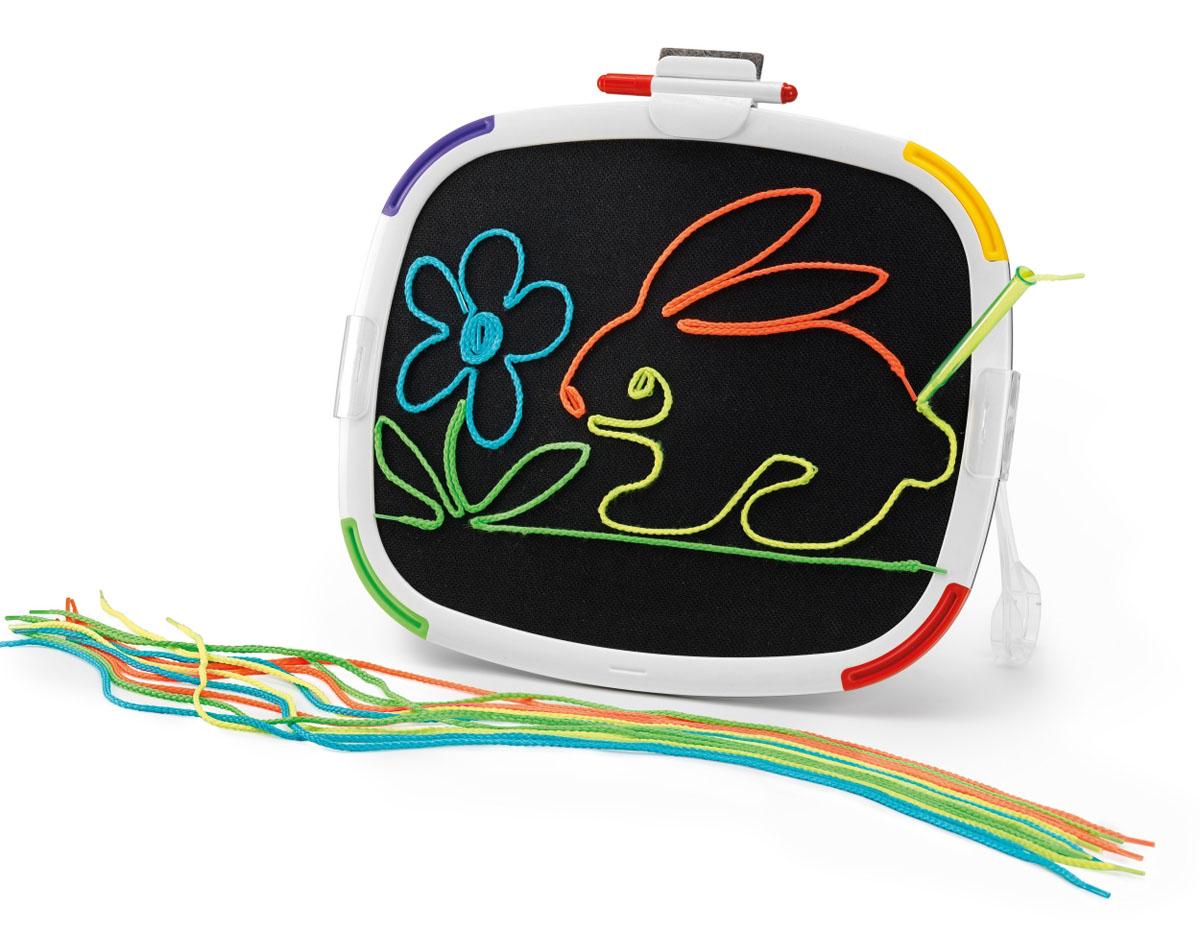 Quercetti Доска для рисования Filo526Двусторонняя доска для рисования Quercetti Filo является одновременно развлекательной и развивающей игрушкой для ребенка. На доске можно рисовать с двух сторон, причем разными способами. Белая сторона предназначена для рисования маркером и копирования картинок-примеров. На черной стороне доски можно рисовать с помощью специального карандаша, в которые вставляются разноцветные нити. Создавать картины цветными шнурками легко и весело - просто загрузите шнурок в карандаш и начинайте рисовать. На темном фоне такие рисунки будут выглядеть особенно эффектно. Доска для рисования Quercetti Filo способствует развитию творческих способностей у детей, научит их креативно и нестандартно мыслить. Порадуйте своего ребенка таким замечательным подарком!