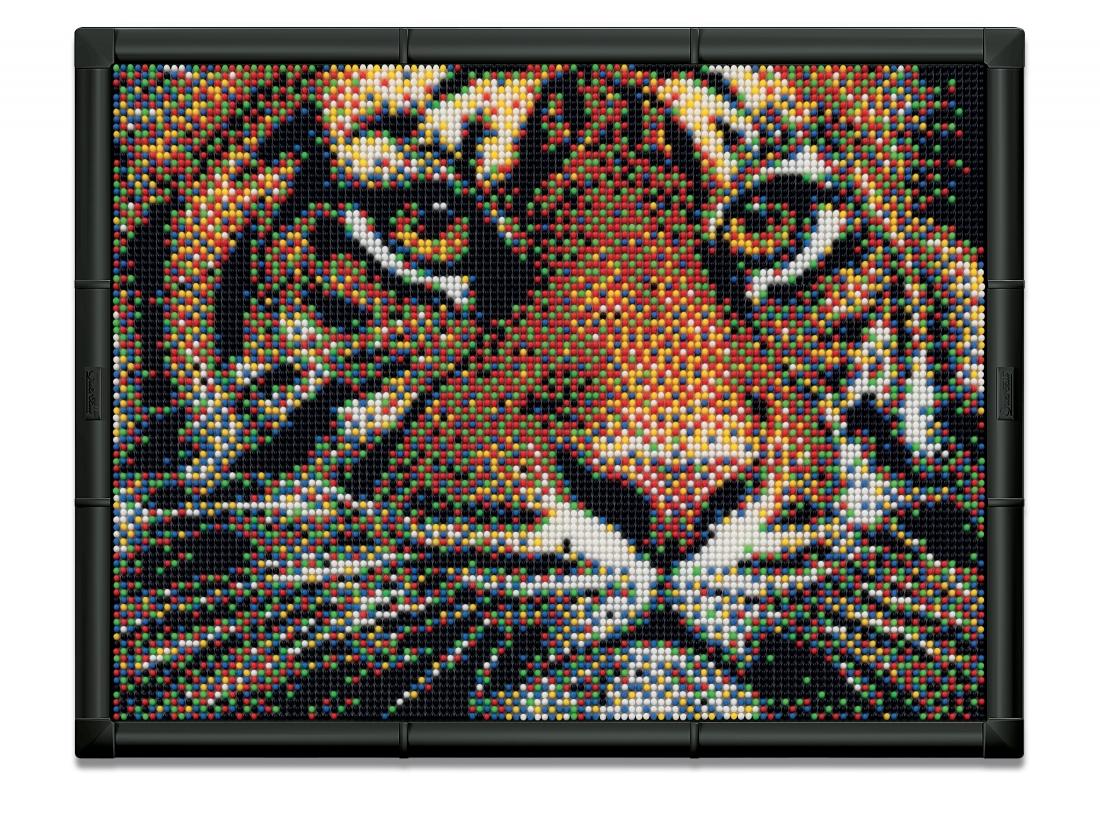 Пиксельная мозаика серии Арт Тигр из 10800 элементов.803Пиксельная мозаика развивает творческие способности у детей, внимание и усидчивость. С пиксельной мозаикой Ваши дети могут создавать настоящие картины. Просто положите цветную схему на рабочее поле и начинайте втыкать гвоздики соответствующего цвета. После заполнения всего поля, картину можно вставить в рамочку и повесить на стену, как настоящую картину. В комплекте: 10800 деталей 6-ти цветов 9 соединяющих плат 1 фоторамка 9 шаблонов карт 1 плакат Инструкции Элементы изготовлены из безопасного пластика.