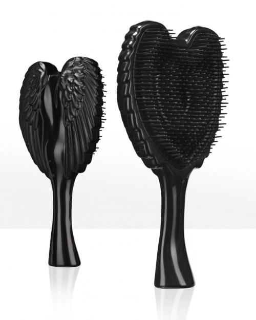 TANGLE ANGEL Щетка для волос тон Black20534Новая профессиональная щетка, позволяющая легко, элегантно и безболезненно распутывать даже самые непослушные волосы. Обладая теплостойким, антибактериальным и антистатическим свойствами, она также ценится за фантастический внешний вид: ее оборотная сторона повторяет очертания крыльев ангела. Продукт подходит для всех типов волос и делает их гладкими и шелковистыми.