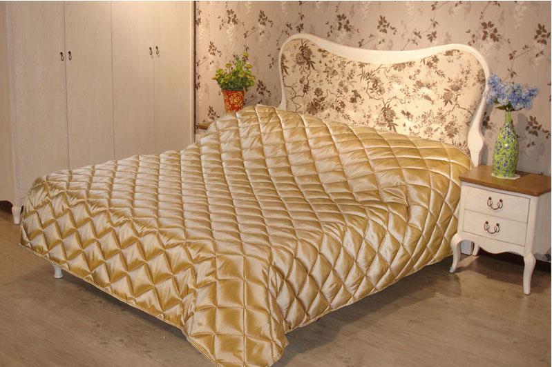 Покрывало стеганое Диана, цвет: золото, 150 х 200 смПСТз-150-200Изящное покрывало Диана, выполненное из тафты (100% полиэстер), гармонично впишется в интерьер вашего дома и создаст атмосферу уюта и комфорта. Тафта - это плотная изысканная ткань с легким глянцем и эффектом помятости. Внутренняя сторона покрывала изготовлена из микрофибры. Внутри - наполнитель из термофайбера. Покрывало окантовано и имеет фигурную стежку, которая равномерно удерживает наполнитель внутри и не позволяет ему скатываться. Покрывало практичное, легкое и удобное в использовании и уходе. Допускается стирка в машинах-автоматах при температуре 30°С, не линяет, не дает усадки. Благодаря мягкой и приятной текстуре, глубокому и насыщенному цвету, покрывало станет модной, практичной и уютной деталью вашего интерьера.