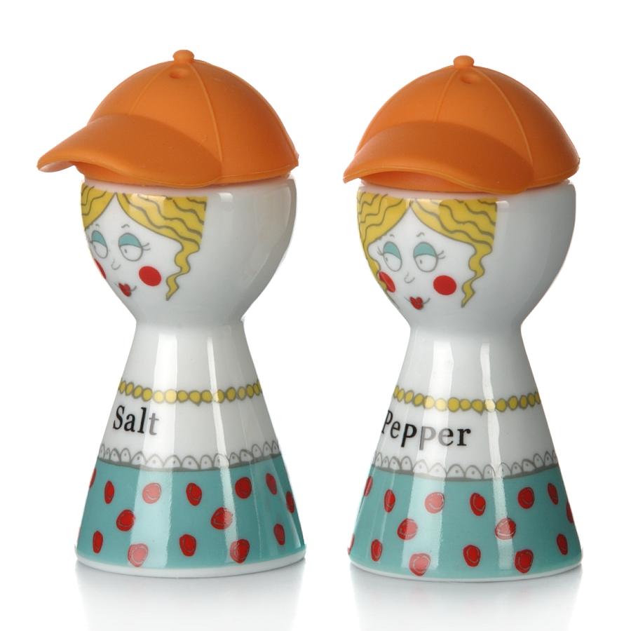 Набор для специй Девочка в кепке h=95 мм (с цветной силиконовой крышкой), оранжевый7D358-AНабор для специй Jinyuanli Ceramics Девочка в кепке состоит из солонки и перечницы. Предметы набора выполнены из высококачественной керамики в виде забавных человечков с силиконовыми шапочками на голове. При необходимости шапку можно снять и добавить соль или перец. Набор для специй Jinyuanli Ceramics Девочка в кепке прекрасно оформит кухонный стол и станет незаменимым аксессуаром на любой кухне. Размер солонки и перечницы: 4 см х 4 см х 9 см. Объем: 50 мл.