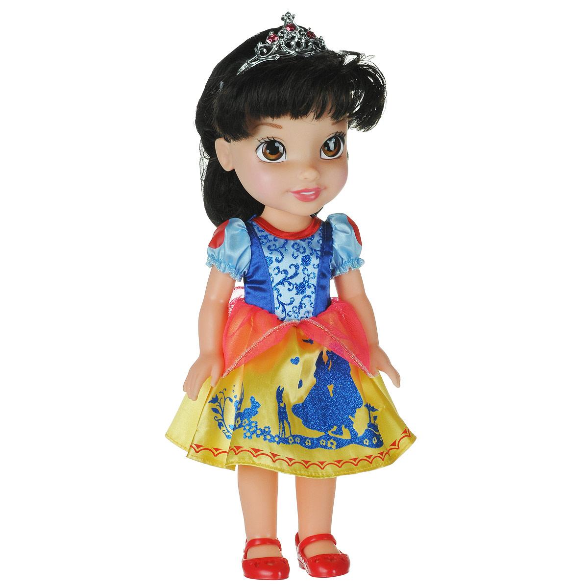 Disney Princess Кукла Малышка Белоснежка750050_Snow WhiteКукла Disney Princess Малышка Белоснежка - прекрасная принцесса, которая обязательно понравится вашей дочурке. Туловище куклы выполнено из высококачественного пластика; голова, ручки и ножки подвижны. Принцесса одета в красивое платье, точь-в-точь как на героине из мультфильма. На ножках туфельки. Кукла имеет шелковистые волосы, которые можно заплетать в различные прически. На голове - королевская тиара. Главная особенность куклы - большие глаза, которые блестят как настоящие. Глазки изготовлены по запатентованной технологии Eyes Reflection. Такая куколка очарует вас и вашу дочурку с первого взгляда! Ваша малышка с удовольствием будет играть с принцессой, проигрывая сюжеты из мультфильма или придумывая различные истории. Порадуйте свою дочурку таким замечательным подарком!