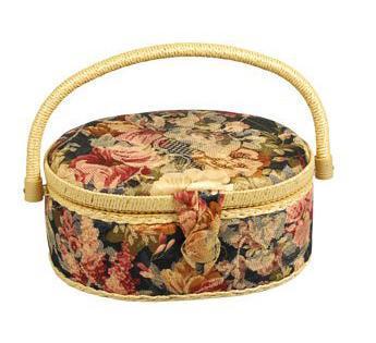 Шкатулка для рукоделия ZA-02130-29 Grace, серая с пестрыми цветамиZA-02130-29Шкатулка выполнена из ткани оригинальной расцветки. Изнутри шкатулка отделана атласным материалом, что позволяет отнести ее к классу Люкс! Шкатулка подойдет для хранения самых различных предметов в доме: от женских украшений до разных мелких предметов. В каждой шкатулке имеется съемный пластиковый лоток с отделениями.