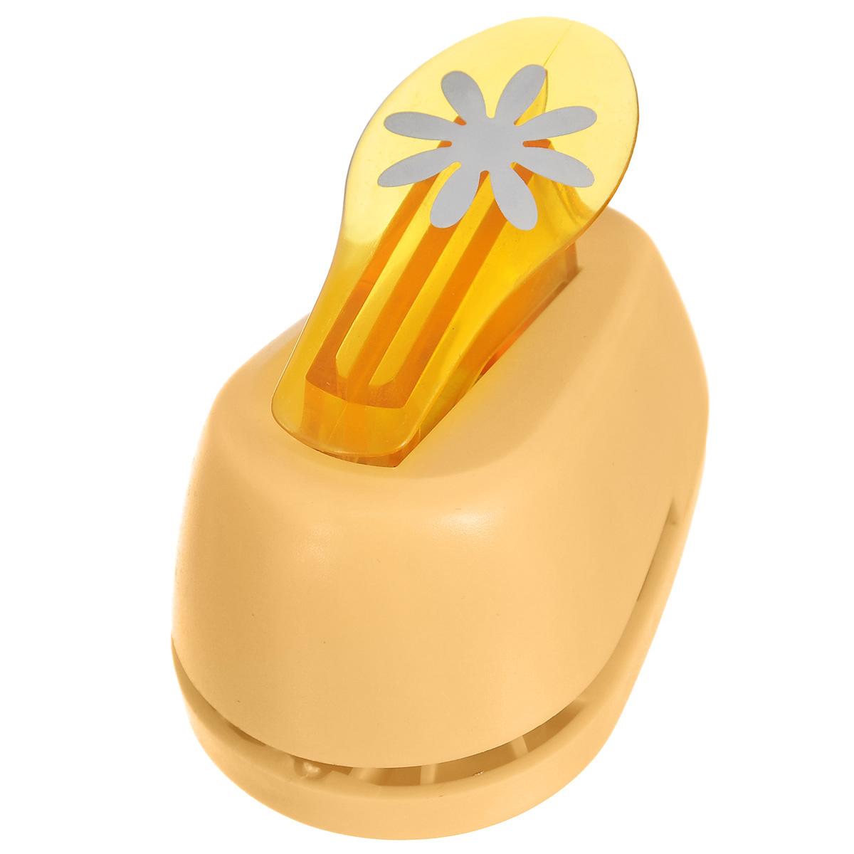 Дырокол фигурный Hobbyboom Маргаритка, №2, цвет: оранжевый, 2,5 смCD-99M-002Фигурный дырокол Hobbyboom Маргаритка изготовлен из пластика и металла, используется в скрапбукинге для создания оригинальных открыток и фотоальбомов ручной работы, оформления подарков, в бумажном творчестве и т.д. Рисунок прорези указан на ручке дырокола. Дырокол предназначен для прорезания фигурных отверстий в бумаге. Просто вставьте лист бумаги в дырокол. Нажмите на рычаг. На листе получится прорезь в виде красивого цветочка. Предназначен для бумаги определенной плотности - 80 - 200 г/м2. При применении на бумаге большей плотности или на картоне, дырокол быстро затупится. Материал: пластик, металл. Размер дырокола: 8 см х 5 см х 5,5 см. Диаметр готовой фигурки: 2,5 см. Фигурный дырокол Hobbyboom Маргаритка изготовлен из пластика и металла, используется в скрапбукинге для создания оригинальных открыток и фотоальбомов ручной работы, оформления подарков, в бумажном творчестве и т.д. Рисунок прорези указан на ручке дырокола. Дырокол...