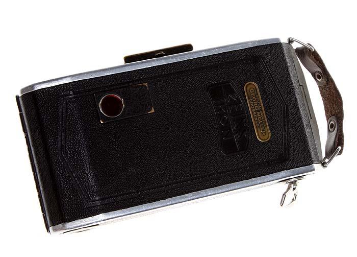 Фотоаппарат среднеформатный шкальный со складным мехом.Zeiss Ikon Bob 510/2. Металл, линза, кожа. Германия, 1930-е гг.ОС22806Фотоаппарат среднеформатный шкальный со складным мехом.Zeiss Ikon Bob 510/2. Металл, линза, кожа. Германия, 1930-е гг. Объектив NETTAR - ANASTIGMAT 1 / 7.7 F = 10.5см. Диапазон выдержек от 1/25 и 1/175, а также Т и В. Оптический и рамочный видоискатели. Размеры 11.7 х 4 х 8.5 см. Аппарат требует регулировки, не фиксируется планка, прижимающая пленку, в оригинальном чехле. Сохранность хорошая, чехол потерт.