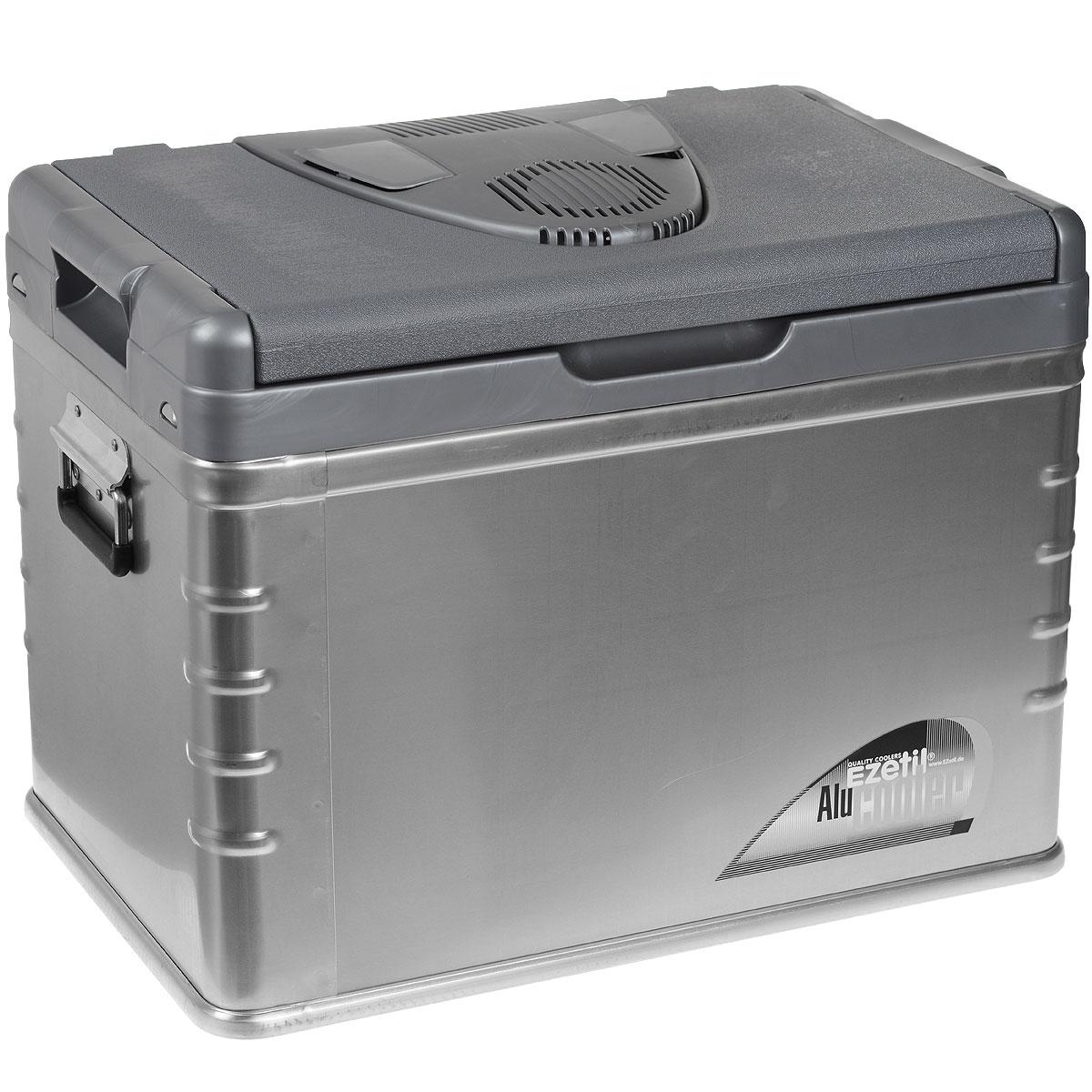 Термоэлектрический контейнер охлаждения Ezetil E45 ALU 12V, 42 л772210Термоэлектрический контейнер охлаждения Ezetil предназначен для использования в салоне автомобиля в качестве портативного холодильника. Контейнер выполнен из высококачественного пластика с отделкой алюминиевыми панелями, корпус гладкий, эргономичного дизайна, ударопрочный. Внутренняя камера изготовлена из экологически чистого пищевого пластика. Принцип действия термоэлектрического контейнера (холодильника) основан на свойстве полупроводниковых пластин, это свойство получило название эффект Пельтье. При протекании тока через полупроводниковую пластину одна сторона ее охлаждается (этой стороной пластина обращена внутрь контейнера), другая сторона - нагревается (эта сторона обращена наружу и охлаждается вентилятором). Дополнительный внутренний вентилятор в холодильной камере обеспечивает быстрое и равномерное охлаждение. Мощная, не нуждающаяся в техобслуживании охлаждающая система Peltier гарантирует оптимальную производительность по холоду. Действенная...