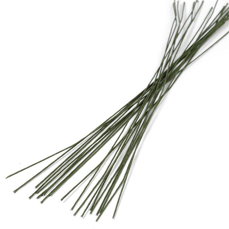 Проволока для флористики Fleur, цвет: зеленый, 20х12, 20 штР-0107Проволока для флористики Fleur, выполненная из стали в бумажной оплетке, служит каркасом для цветка из глины и является необходимым элементом при создании цветов в технике керамическая флористика. Нужный размер проволоки зависит от размера цветка и веса его бутона. Проволока также используется для изготовления аксессуаров, декораций в цветочных композициях. Флористическая проволока - один из самых востребованных и необходимых материалов для создания композиций из растений. Она станет незаменимым аксессуаром для каждого фитодизайнера и поможет в реализации идей. Чем больше номер проволоки, тем она тоньше. Номер проволоки: 20. Длина (в дюймах): 12. Длина (в см): 30.