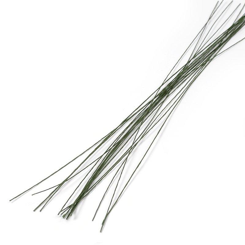 Проволока для флористики Fleur, цвет: зеленый, 30х12, 20 штР-0117Проволока для флористики Fleur, выполненная из стали в бумажной оплетке, служит каркасом для цветка из глины и является необходимым элементом при создании цветов в технике керамическая флористика. Нужный размер проволоки зависит от размера цветка и веса его бутона. Проволока также используется для изготовления аксессуаров, декораций в цветочных композициях. Флористическая проволока - один из самых востребованных и необходимых материалов для создания композиций из растений. Она станет незаменимым аксессуаром для каждого фитодизайнера и поможет в реализации идей. Чем больше номер проволоки, тем она тоньше. Номер проволоки: 30. Длина (в дюймах): 12. Длина (в см): 30.