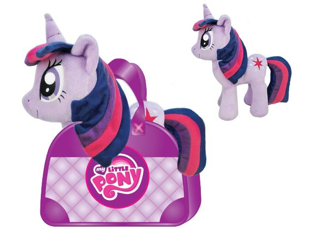 Пони MLPE4D Сумеречная искорка 20см в сумочке MY LITTLE PONYMLPE4DMY LITTLE PONY (Мой маленький пони) — самая популярная игрушка для девочек, созданная по мотивам одноименного сериала. Пони Радуга (Rainbow), представлена в виде мягкой лошадки.Яркая и красивая пони, безусловно, заинтересуют вашего ребенка и станет гарантией милой искренней улыбки, восторга и отличного настроения у вашего малыша. А ведь помимо этого с ней можно придумать столько забавных игр, или же создать ей новый образ. Приятная на ощупь пони, выполнена из мягкого велюра.