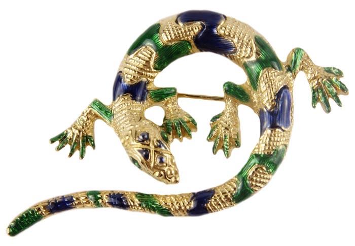 Винтажная брошь Золотая ящерка №5 от Sphinx. Ювелирный сплав, эмаль. Sphinx, Великобритания, вторая половина ХХ векаОС22800-1Винтажная брошь Золотая ящерка от Sphinx. Ювелирный сплав, эмаль. Sphinx, Великобритания, вторая половина ХХ века. Размер броши 6 х 4. Сохранность хорошая. Клеймо Sphinx в овальном картуше и серийный номер расположены на изнаночной стороне броши. Подлинность броши можно определить по каталогам компании. Великолепная брошь , выполненная из ювелирного сплава цвета античного золота. Необычное украшение в виде фигурки ящерки, свернувшейся в кольцо. Поверхность броши довольно фактурная, с имитацией кожи рептилии. Природные пятнышки ящерки имитируют пятна синего и зеленого цветов, выполненные в технике нанесения эмали на металл. Очень интересная , красивая брошь, которая будет вам служить многие годы. Уникальная брошь с великолепным дизайном. Брошь компании Sphinx - это всегда желанный подарок для истинных ценителей винтажных украшений.