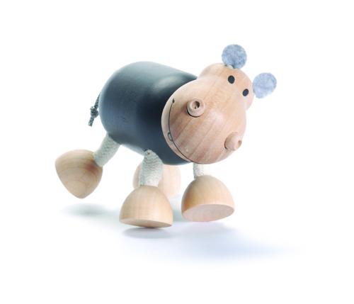 Игрушка деревянная Anamalz БегемотикHI2010Придуманные австралийским дизайнером Луизой Косан-Скотт, игрушки AnaMalz завоевали более 15 отраслевых наград, включая Австралийскую международную награду в области дизайна, присуждаемую организацией Standards Australia. - Игрушки AnaMalz предназначены для детей от 3 лет - AnaMalz изготовлены из дерева, называемого schima superba или «игольчатое дерево» (быстрорастущее дерево, выращиваемое на лесных плантациях) - Рога изготовлены из термопластичной резины (TPR) – материала, одобренного Управлением по контролю качества пищевых продуктов и медикаментов (FDA). Смесь TPR с древесной мукой является экологичной альтернативой пластмассе - Все игрушки AnaMalz раскрашиваются вручную с использованием безопасной для детей краски и клея без содержания формальдегида - Древесные отходы от производства AnaMalz используются на ферме для выращивания грибов AnaMalz завоевали популярность во всем мире. Они стали участниками телевизионных шоу TODAY, шоу Марты Стюарт, Daily Candy Kids и USA...