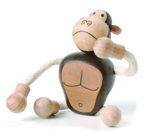 Игрушка деревянная Anamalz ГориллаGR2010Придуманные австралийским дизайнером Луизой Косан-Скотт, игрушки AnaMalz завоевали более 15 отраслевых наград, включая Австралийскую международную награду в области дизайна, присуждаемую организацией Standards Australia. - Игрушки AnaMalz предназначены для детей от 3 лет - AnaMalz изготовлены из дерева, называемого schima superba или «игольчатое дерево» (быстрорастущее дерево, выращиваемое на лесных плантациях) - Рога изготовлены из термопластичной резины (TPR) – материала, одобренного Управлением по контролю качества пищевых продуктов и медикаментов (FDA). Смесь TPR с древесной мукой является экологичной альтернативой пластмассе - Все игрушки AnaMalz раскрашиваются вручную с использованием безопасной для детей краски и клея без содержания формальдегида - Древесные отходы от производства AnaMalz используются на ферме для выращивания грибов AnaMalz завоевали популярность во всем мире. Они стали участниками телевизионных шоу TODAY, шоу Марты Стюарт, Daily Candy Kids и USA...