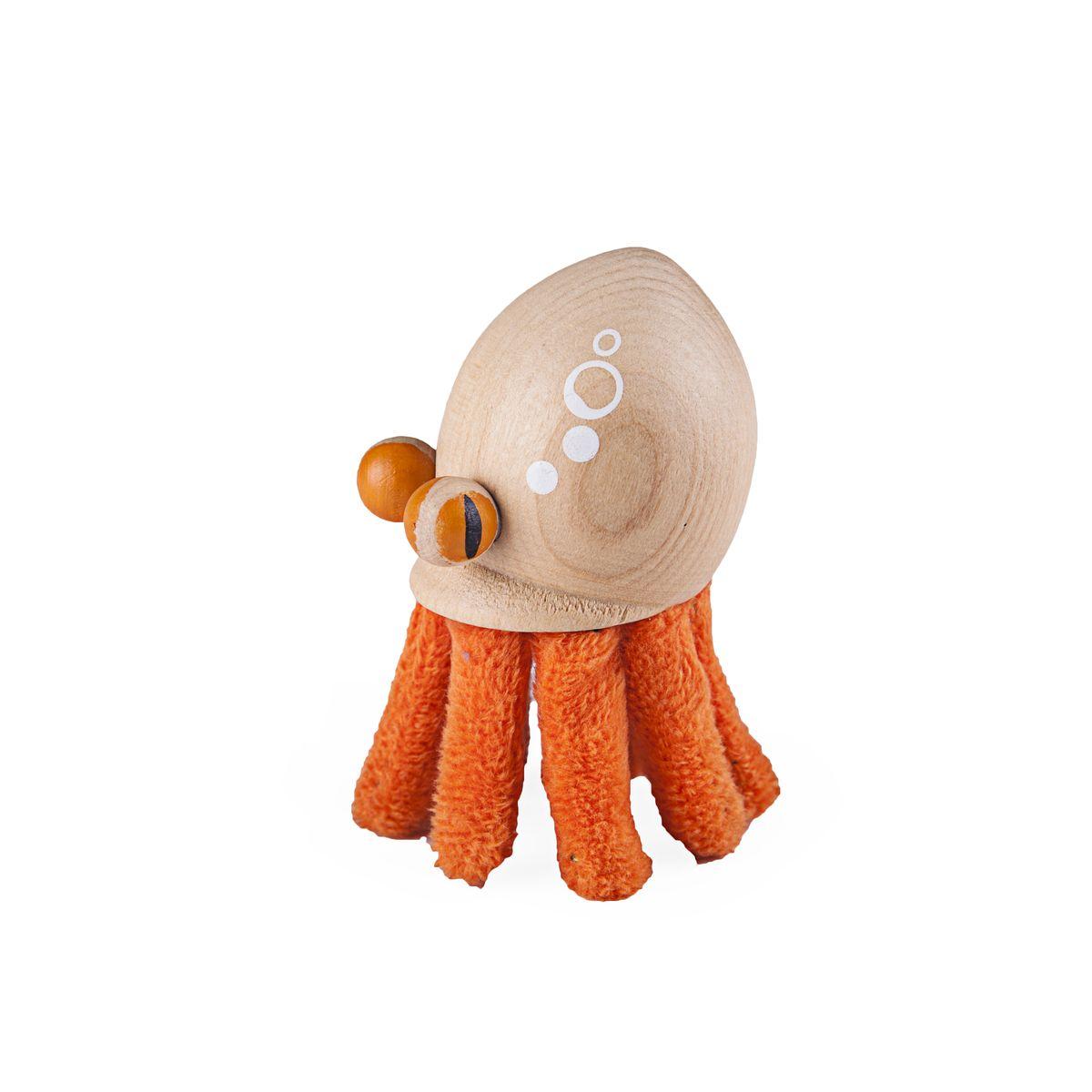 Игрушка деревянная Anamalz ОсьминогOC2010Придуманные австралийским дизайнером Луизой Косан-Скотт, игрушки AnaMalz завоевали более 15 отраслевых наград, включая Австралийскую международную награду в области дизайна, присуждаемую организацией Standards Australia. - Игрушки AnaMalz предназначены для детей от 3 лет - AnaMalz изготовлены из дерева, называемого schima superba или «игольчатое дерево» (быстрорастущее дерево, выращиваемое на лесных плантациях) - Рога изготовлены из термопластичной резины (TPR) – материала, одобренного Управлением по контролю качества пищевых продуктов и медикаментов (FDA). Смесь TPR с древесной мукой является экологичной альтернативой пластмассе - Все игрушки AnaMalz раскрашиваются вручную с использованием безопасной для детей краски и клея без содержания формальдегида - Древесные отходы от производства AnaMalz используются на ферме для выращивания грибов AnaMalz завоевали популярность во всем мире. Они стали участниками телевизионных шоу TODAY, шоу Марты Стюарт, Daily Candy Kids и USA...