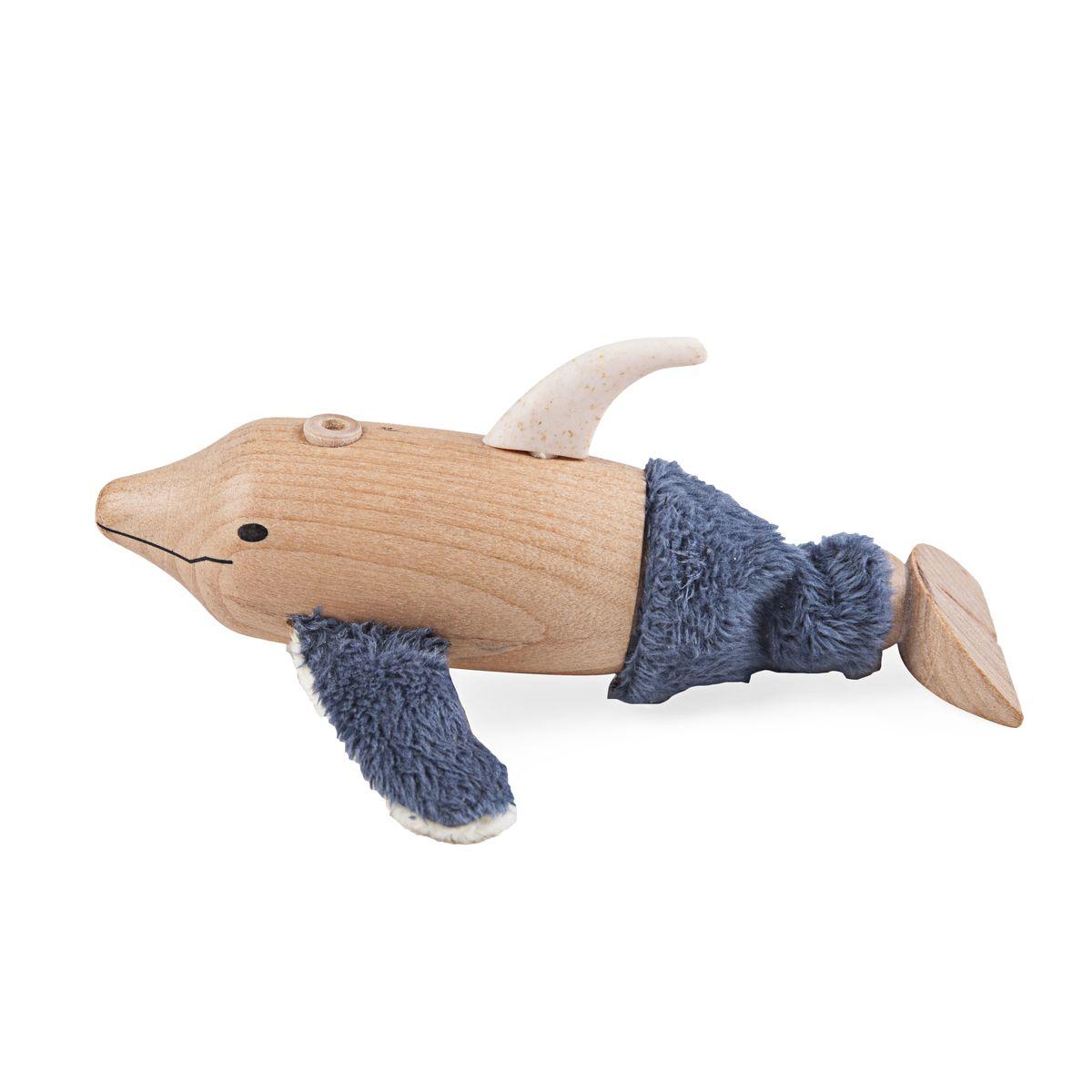 AnaMalz Фигурка деревянная ДельфинDL2010Забавный Дельфин от Anamalz обязательно понравится вашему ребенку. У него мягкие плавники, дырочка на спине под фонтан и милая улыбка. Хвостик свободно гнется в любую сторону. Игрушка изготовлена из экологичных материалов: дерева, натуральных тканей и веревки. Фигурка раскрашена вручную безопасными для детей красками. Anamalz - это качественные экологичные игрушки родом из Австралии. В 2007 году дизайнер Луиза Козон-Скотт вместе с мужем решили встряхнуть индустрию деревянных игрушек и сделать их более уютными и пластичными. Эти качества и отличают фигурки Anamalz и сегодня. Благодаря гнущимся деталям звери могут оживать, принимая разные позы. Деревянные игрушки дополнены тканевыми элементами, причем ткани используются только натуральные: хлопок, шерсть, шелк. Фигурки производятся из вечнозеленого дерева шима (или игольчатое дерево), выращивается оно на лесных плантациях в Китае.