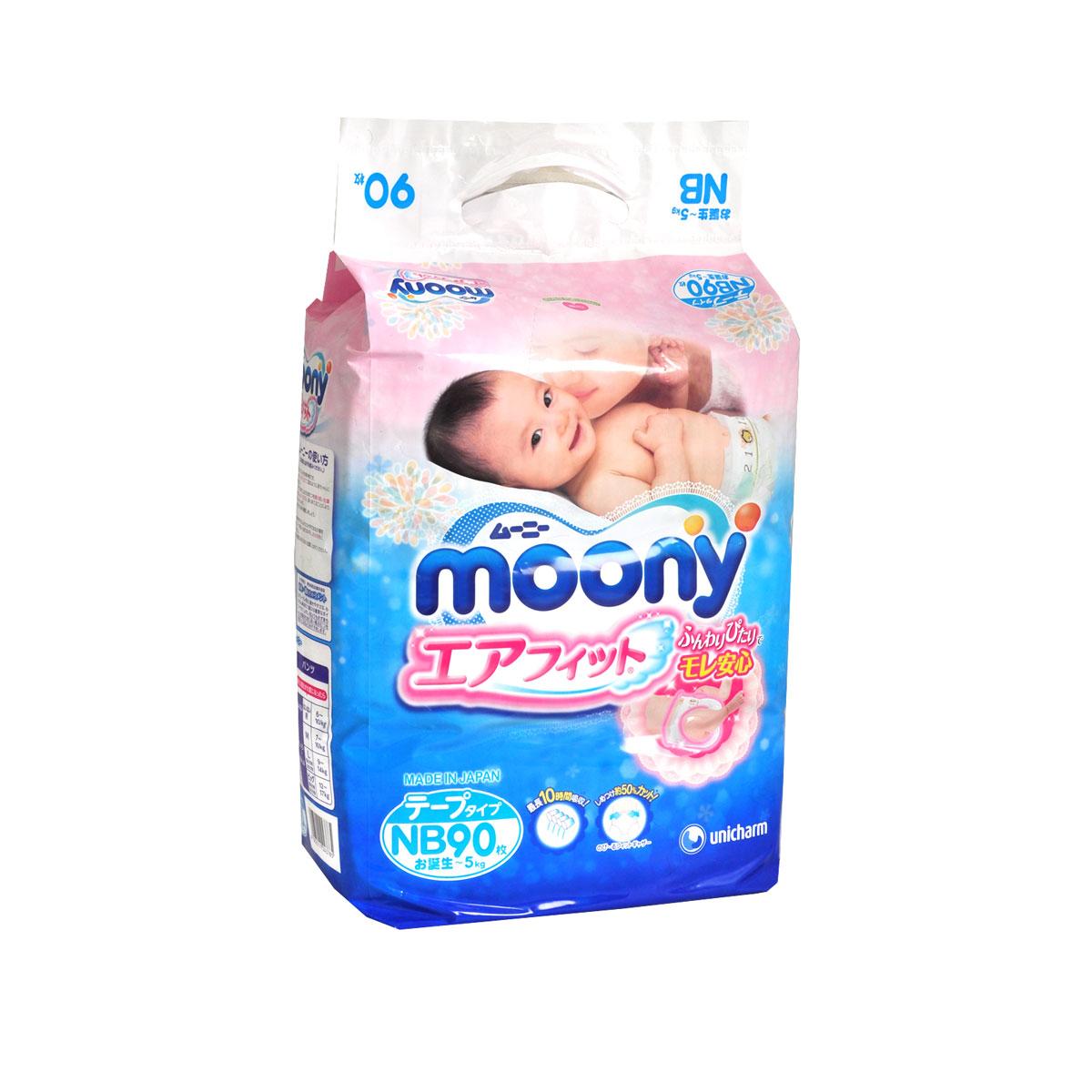 Moony Японские подгузники, NB, 0-5 кг, 90 штNB90 синийПодгузники Moony для новорожденных очень удобны и просты в применении. Дышащая поверхность подгузников обеспечивает доступ воздуха к коже ребенка, а исключительно мягкий внутренний материал удерживает влагу внутри, исключая ее контакт с кожей. Впитывающие высокие бортики и специальные резинки по бокам плотно прилегают к ножкам ребенка и препятствуют протеканию. Благодаря полоскам-индикаторам всегда можно, когда подгузник пора менять - цвет полоски станет ярче. В комплекте 90 подгузников. Размер NB (для новорожденных) до 5 кг. Проверено дерматологами.