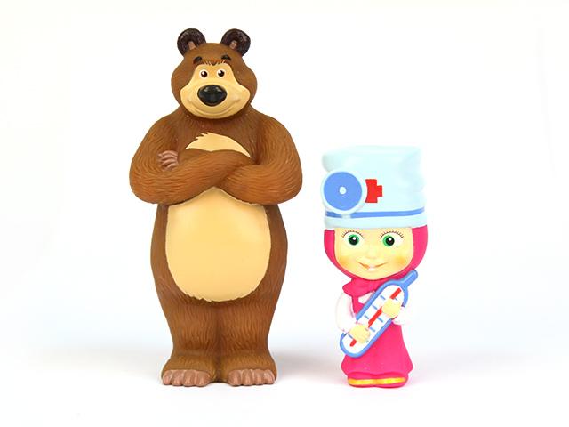 Пластизоль Маша-доктор и МишкаGT7773Фигурка Маша-доктор с песенкой и фразами, в коробке от компании Затейники. Маша и Медведь - это герои отечественного мультсериала, который так любят смотреть дети. Маша - мастер по перевоплощению. В этот раз Медведь приболел, и она собирается его лечить. В руках девочка держит большой градусник, чтобы измерить Мишке температуру. На ее голове надета докторская шапочка и окуляр. Медведю нечего бояться, Маша точно знает, что делает! Фигурка выполнена из пластизоля, гипоаллергенного материала, который прекрасно держится на воде. Он гладкий и приятный на ощупь. Внутрь фигурки встроено музыкальное сопровождение и фразы. Давайте вылечим Медведя вместе с фигуркой Маша-доктор с песенкой и фразами.. Игрушка Маша-доктор, 14 см. Работает от 3-х CR2016 (входят в комплект).