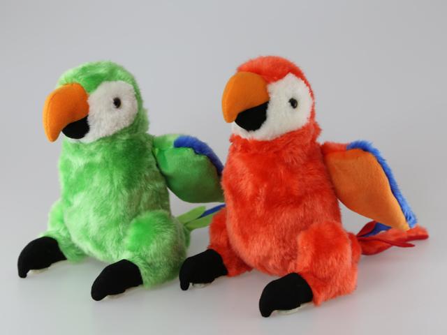 Попугай8311ABПопугай активно машет своими крыльями, совершает самый настоящий акробатический трюк – переворачивается в воздухе, а также весело чирикает. Работает он с помощью батареек, которые уже находятся в комплекте.Благодаря такой игрушке детки не только расширяют свой кругозор в сфере домашних животных, но и учатся правильно относиться ко всем братьям нашим меньшим.