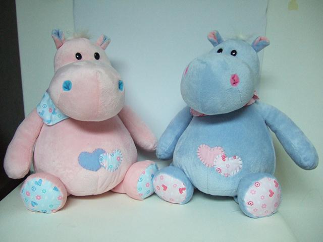 Бегемот с сердечками, 22 смGT7450Бегемот GT7450 с сердечками представлен в ассортименте, есть два варианта Мягкая игрушка бегемот – розового и голубого цвета с заплатками на животике в виде сердечка голубого и розового цвета. Мягкая игрушка бегемот с короткой шерсткой, приятный на ощупь.