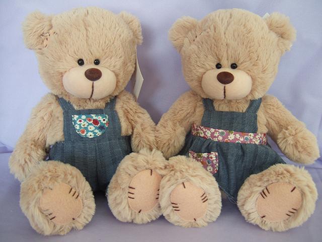 Медведь в комбинезоне, сарафанеGT7458Медведь в комбинезоне - это яркая мягкая игрушка, которая понравится каждому малышу. Она изготовлена из мягких, безвредных для ребенка материалов и очень приятная на ощупь. Игра с таким мишкой развивает координацию движений, воображение и тактильную чувствительность вашего ребенка.