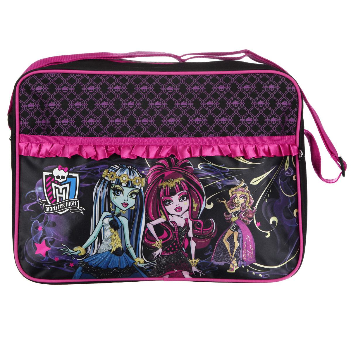 Сумка-планшет Monster High, цвет: розовый, фиолетовый. 8530685306Сумка-планшет Monster High станет незаменимым аксессуаром юной модницы! Она выполнена из полиэстера и оформлена изображением героинь популярного мультсериала Школа Монстров. Также сумку украшают розовые атласные рюши. Сумка имеет одно основное отделение, закрывающееся на металлическую застежку-молнию. Бегунок декорирован резиновым элементом в виде черепа. Внутри расположен вшитый карман на молнии. С внешней стороны сумки расположен накладной карман на липучке. Сумка снабжена удобным плечевым ремнем регулируемой длины. Максимальная длина ремня - 100 см, минимальная - 32 см. Такая сумка подойдет как для переноски школьных принадлежностей, так и для ноутбука. Каждая поклонница Школы Монстров будет в восторге от такого аксессуара!