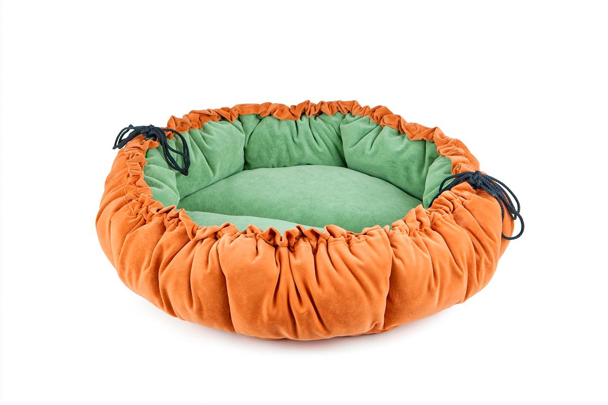 Лежак-трансформер для собак Titbit, цвет: оранжевый, зеленый, диаметр 100 см3527Лежак-трансформер Пушок станет комфортным и любимым местом вашего питомца. Лежак выполнен из мягкого, приятного на ощупь материала (флока). Оригинальная конструкция трансформера превращает лежак в просторное спальное место. Стильная расцветка впишется в любой интерьер. Высококачественная мебельная ткань приятной фактуры обладает высокой износоустойчивостью. Диаметр: 100 см.