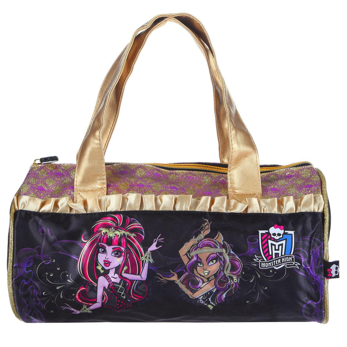 Сумочка детская Monster High. 8531485314Стильная детская сумочка Monster High, оформленная изображением героинь известного мультсериала Школа Монстров, несомненно, понравится вашей малышке. Сумочка имеет одно отделение, закрывающееся на застежку-молнию, куда можно положить все необходимые принадлежности и аксессуары, и две небольшие ручки золотистого цвета, выполненные из искусственной кожи. Внутри сумки расположен накладной карман для мобильного телефона. Сумочка декорирована атласными золотыми рюшами, а также вставкой из ПВХ, украшенной узорами с блестками. Бегунок молнии декорирован резиновым элементом в виде черепа. Высота ручек 18 см. Каждая поклонница Школы Монстров будет в восторге от такого аксессуара!