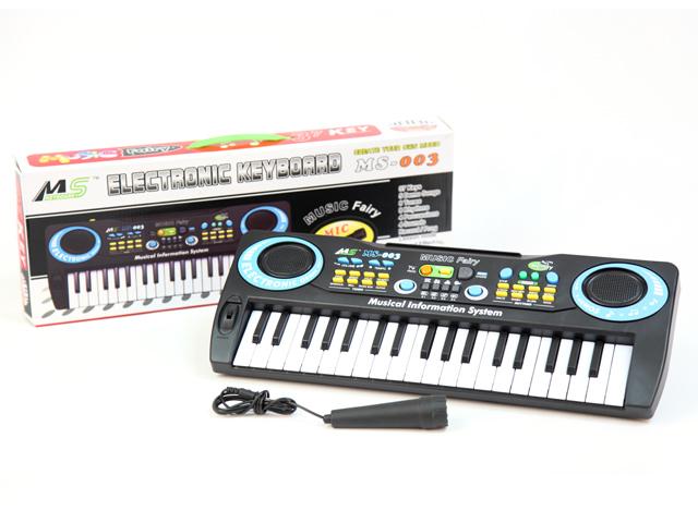 Пианино с микрофономMS003Музыкальные таланты нужно развивать с самых первых лет. Поэтому и первые музыкальные инструменты у крохотных гениев могут появляться очень рано. Пианино с микрофоном MQ MS-003 - это практически настоящий музыкальный инструмент с множеством функций и возможностей. С помощью 37 клавиш ребенок сможет не только проигрывать ноты, но и создавать собственные мелодии, записывать их и прослушивать уже готовый материал. Благодаря микрофону у малыша также будет возможность петь в караоке. В синтезаторе предусмотрены различные звуковые эффекты, так есть 8 тонов, 8 ритмов, демо-мелодии, регулировка темпа и громкости. Игрушка поможет развить у ребенка слуховое восприятие, моторику рук, память, музыкальные способности. Синтезатор работает от 4-х батареек типа AA. Размер коробки: 45,5*6*16,5 см, вес: 634 г.