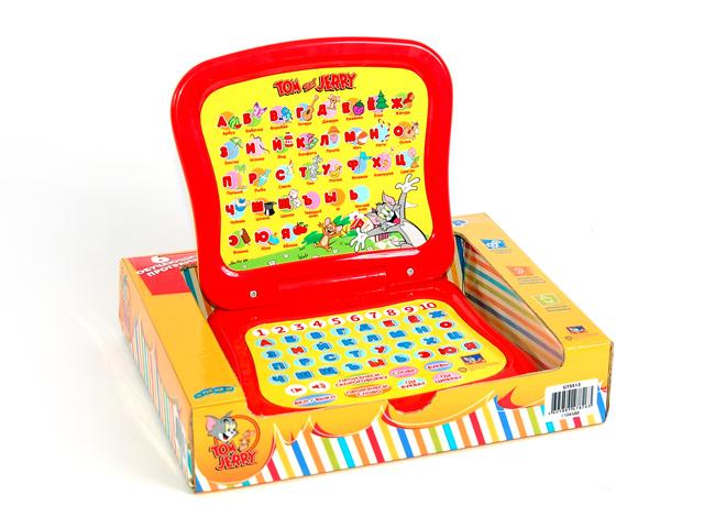 Компьютер Азбука, математикаGT5513Компьютер ТМ Затейники отлично подойдет в качестве первого компьютера вашего малыша. Любимые герои Том и Джерри, яркий дизайн, эргономичные размеры и 6 развивающих программ помогут малышу узнать много нового! Компьютер способствует развитию моторики, памяти и слухового восприятия,а также предоставляет возможность выучить алфавит, познакомится со словами,которые начинаются с той или иной буквы,узнать и запомнить цифры. За счёт своих небольших размеров его удобно брать в дорогу. 6 обучающих программ: 1.Найди букву, 2.Найди цифру, 3.Произнеси букву, 4.Произнеси слово по буквам, 5.Повтори слово, 6.Выучи скороговорку. За счет своих небольших размеров его удобно брать в дорогу. Работает от трех батареек типа АА 1,5V, ( входят в комплект).