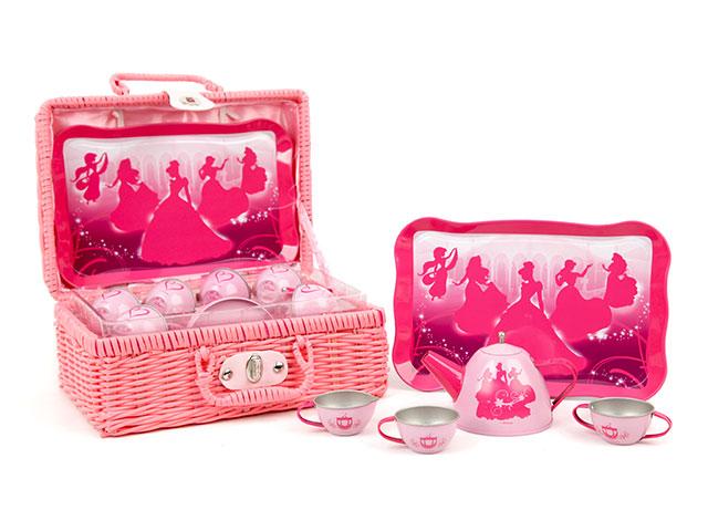 Набор посуды Чайный сервиз, 9 предметовCH1405Игрушечный набор металлической посуды в красивой плетеной корзине – отличный вариант для кукольного пикника на свежем воздухе. Ваша маленькая хозяйка сможет красиво сервировать стол даже на природе! Посудка – мечта каждой маленькой леди. Игра в дочки-матери – это сюжетно-ролевая игра, которая дает возможность ребенку реализовывать себя, проявлять заботу, терпение, аккуратность, способствует проявлению воображения и фантазии. В удобную вместительную корзинку помещаются 6 чашек, 1 чайник, 1 поднос. Сервиз украшен изображением принцесс.
