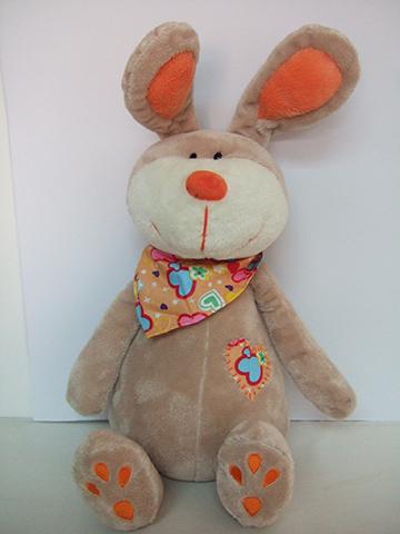 Кролик с платкомGT7480Мягкая игрушка Кролик с платком сидячий ,обязательно понравится и детям, и взрослым. У Кролика мягкая серая шерстка, которую так приятно трогать руками. Она не вызывает аллергию и раздражение у детишек, так как сделана из качественных и безвредных материалов. У Кролика большие уши, на шее повязан платок. Носик оранжевого цвета приведет в восторг любого ребенка. С такой игрушкой можно придумать множество интересных сценариев для игр. Игрушку можно постирать в прохладной воде, если она запылилась. После стирки она не потеряет свою форму и цвет. Мягкая игрушка Кролик с платком - это отличный подарок на любой праздник. Высота игрушки 25 см.