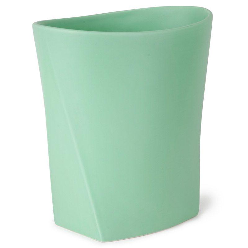 Контейнер для мусора Umbra Ava, цвет: бирюзовый023845-473Как много всего ненужного можно обнаружить на столе: скомканные бумаги для заметок, упаковки от шоколадок, старые скрепки и скобы для степлера. Отправьте весь этот хлам в мусорное ведро, чтобы сделать жизнь чище и упорядоченнее. Лаконичная и простая корзина Ava не займет много места. Размер: 25,4 x 23,5 x 15,2 см.