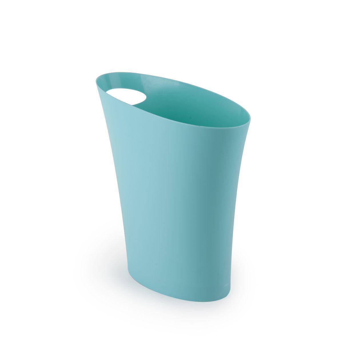 Контейнер мусорный Skinny морская волна082610-276Очередное изобретение Карима Рашида, одного из самых известных промышленных дизайнеров. Оригинальный замысел и функциональный подход обеспечены! Привычные мусорные корзины в виде старых ведер из-под краски или ненужных коробок давно в прошлом. Каждый элемент в современном доме должен иметь определенный смысл, быть креативным и удобным. Вплоть до мусорного ведра. Несмотря на кажущийся миниатюрный размер, ведро вмещает до 7,5 литров, а ручка в виде отверстия на верхней части ведра удобна при переноске. Материал: полипропилен; цвет: голубой