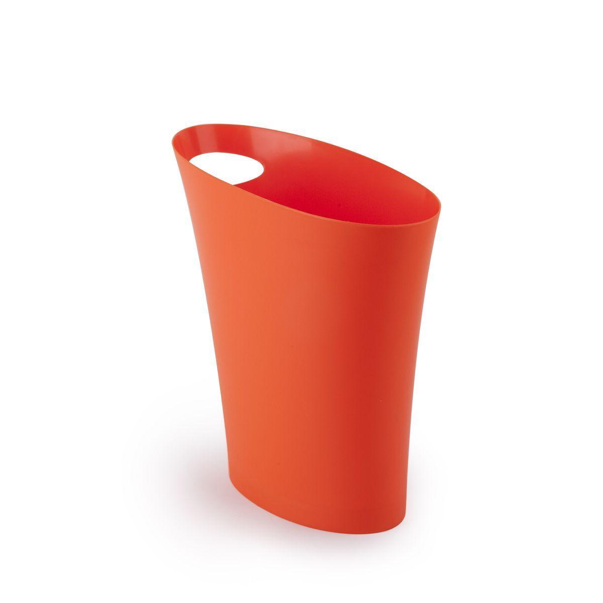 Контейнер мусорный Skinny оранжевый082610-460Очередное изобретение Карима Рашида, одного из самых известных промышленных дизайнеров. Оригинальный замысел и функциональный подход обеспечены! Привычные мусорные корзины в виде старых ведер из-под краски или ненужных коробок давно в прошлом. Каждый элемент в современном доме должен иметь определенный смысл, быть креативным и удобным. Вплоть до мусорного ведра. Несмотря на кажущийся миниатюрный размер, ведро вмещает до 7,5 литров, а ручка в виде отверстия на верхней части ведра удобна при переноске. Материал: полипропилен; цвет: оранж