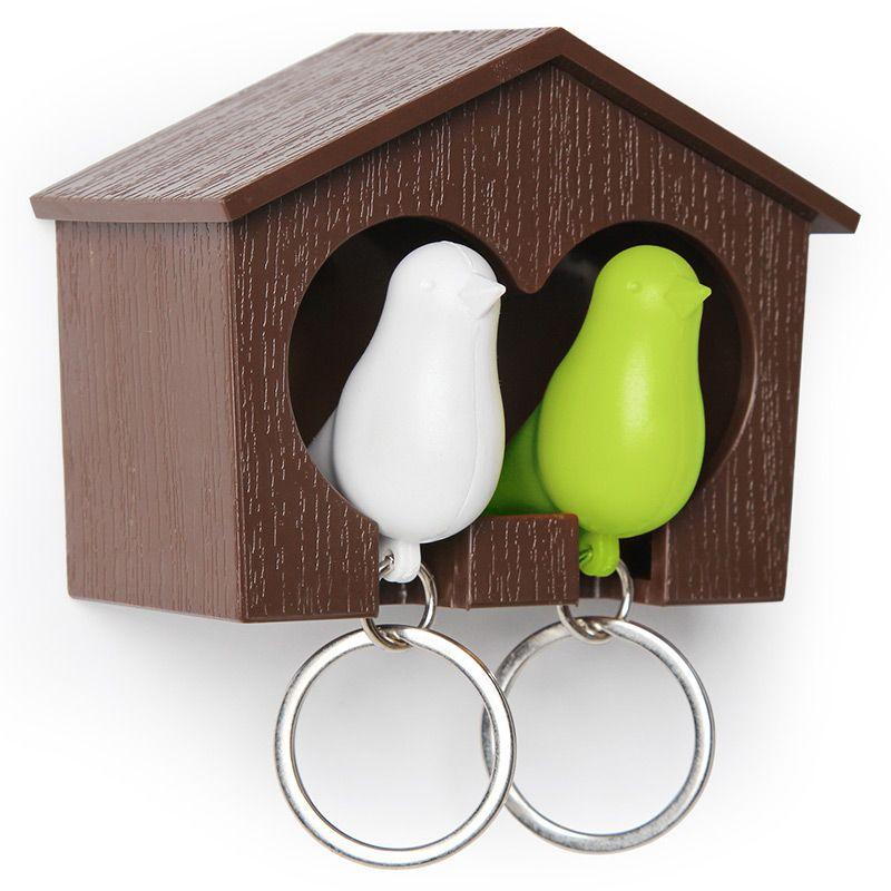 Держатель+брелок для ключей двойной Sparrow коричневый/белый/зеленыйQL10124-BN-GNЗамечательная идея: специальный домик для вашего персонального хранителя ключей в виде птички. Теперь вы всегда будете знать, где ваш ключ, а не искать его на ящиках и полках перед выходом из дома. Удобный брелок легко помещается внутрь домика, быстро находится в сумке или в кармане, а главное – он еще и свисток. Так что можно оповестит домашних о своем приходе с работы. Семейный вариант: птичка для неё и для него. Крепится к стене на двусторонний скотч (держится очень хорошо!) или шурупы. Материал: пластик; цвет: коричневый/белый/зеленый