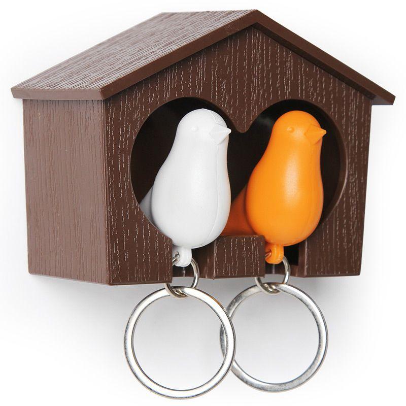 Держатель для ключей Qualy Sparrow, двойной, цвет: белый, оранжевый. QL10124-BN-ORQL10124-BN-ORДержатель для ключей Qualy Sparrow изготовлен из пластика и выполнен в виде домика с птичками. Птичка в домике означает, что вы уже дома. Теперь вы всегда будете знать, где ваш ключ, а не искать его в ящиках и на полках перед выходом из дома. Но птичка не только брелок, это еще и свисток - когда вы уже готовы к выходу из дома или только что пришли, об этом можно оповестить всю семью! С декоративной точки зрения можно создать удивительную композицию из нескольких домиков и птичек - таким образом, у каждого члена семьи будет свой домик! Держатель имеет два отверстия для подвешивания на стену, также его можно закрепить на клейкую основу. Размер держателя: 9,5 см х 4,5 см х 7 см. Размер брелока (без учета кольца): 6 см х 3,5 см х 2 см.