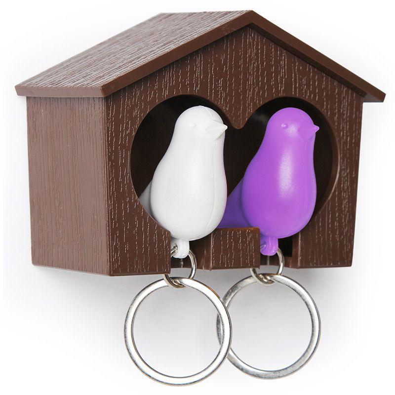Держатель для ключей Qualy Sparrow, двойной, цвет: коричневый, белый, фиолетовыйQL10124-BN-PUДержатель для ключей Qualy Sparrow изготовлен из пластика и выполнен в виде домика с птичками. Теперь вы всегда будете знать, где ваш ключ, а не искать его в ящиках и на полках перед выходом из дома. Но птичка не только брелок, это еще и свисток - когда вы уже готовы к выходу из дома или только что пришли, об этом можно оповестить всю семью! С декоративной точки зрения можно создать удивительную композицию из нескольких домиков и птичек - таким образом, у каждого члена семьи будет свой домик! Держатель имеет два отверстия для подвешивания на стену, также его можно закрепить на клейкую основу. Размер держателя: 9,5 см х 4,5 см х 7 см. Размер брелока (без учета кольца): 6 см х 3,5 см х 2 см.