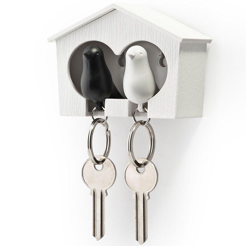 Держатель для ключей Qualy Sparrow, двойной, цвет: белый, черныйQL10124-WH-WH-BKДержатель для ключей Qualy Sparrow изготовлен из пластика и выполнен в виде домика с птичками. Птичка в домике означает, что вы уже дома. Теперь вы всегда будете знать, где ваш ключ, а не искать его в ящиках и на полках перед выходом из дома. Но птичка не только брелок, это еще и свисток - когда вы уже готовы к выходу из дома или только что пришли, об этом можно оповестить всю семью! С декоративной точки зрения можно создать удивительную композицию из нескольких домиков и птичек - таким образом, у каждого члена семьи будет свой домик! Держатель имеет два отверстия для подвешивания на стену, также его можно закрепить на клейкую основу. Размер держателя: 9,5 см х 4,5 см х 7 см. Размер брелока (без учета кольца): 6 см х 3,5 см х 2 см.